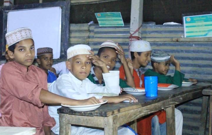 'উই ফর চেঞ্জিং বাংলাদেশ'র উদ্যোগে ইফতার বিতরণ